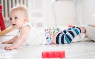 Младенец ползает. Когда дети начинают ползать и как им правильно помочь